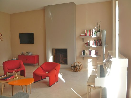 Le Clos des Tilleuls : TV lounge with piano