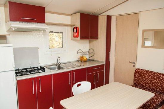 Camping Village Cerquestra: Interior Mobil Home