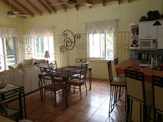 Pointe Dubique Bed and Breakfast: Breakfast Bar and dining area