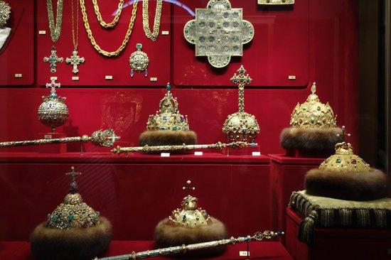 La Armería (Oruzheynaya Palata): Corons reales de los zates. A la derecja medio está la de Monócamo