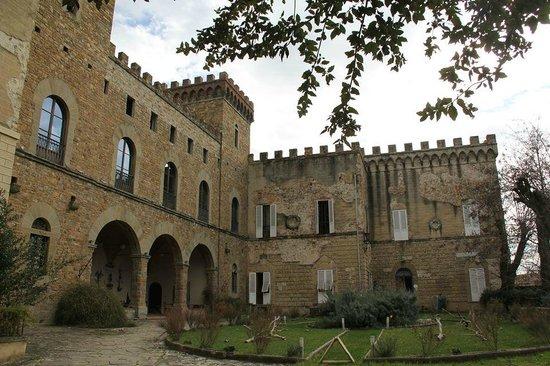 Castello di Montalbano : La facciata del castello