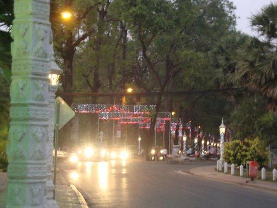 Angkor Riviera Hotel: circulation sur la rue de l'hôtel