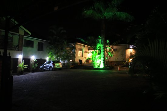 Bhangazi Lodge: Parkplatz bei Nacht