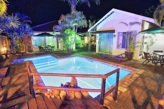 Bhangazi Lodge: Poolbereich bei Nacht