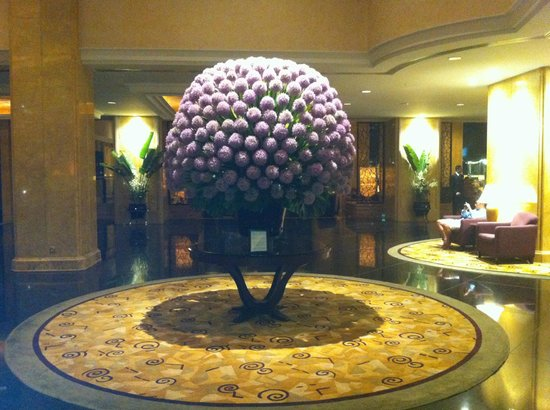 Shangri-La Hotel Kuala Lumpur : Shangri-La KL impressive lobby flowers