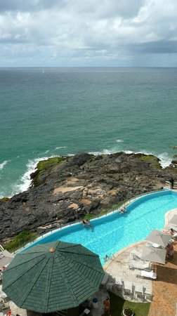 Mercure Salvador Rio Vermelho: Vistas de la piscina y el mar desde la habitación