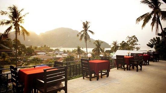 Phi Phi Arboreal Resort : ресторан отеля на закате