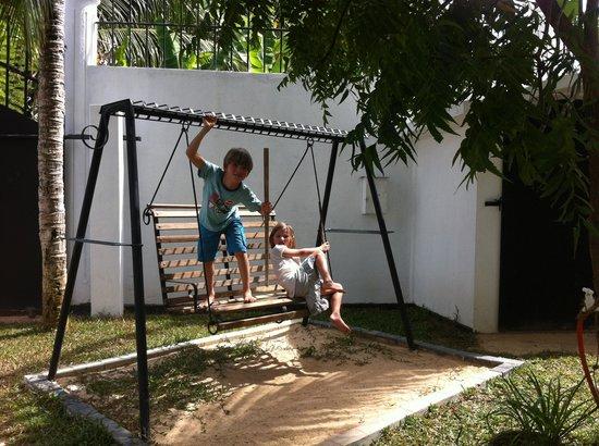 Bandhusena House & Apartment: The garden