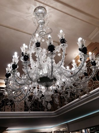 Caffe Lavena: Chandelier in the mid of caffe