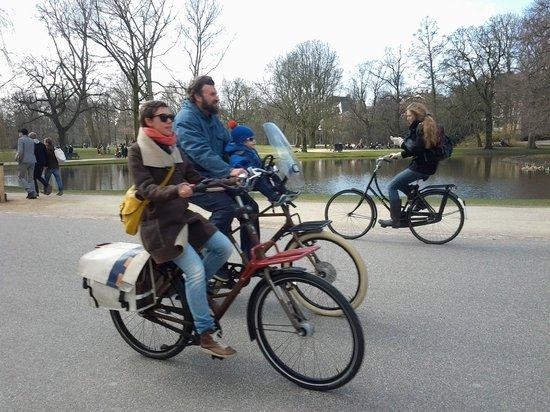 Vondelpark : Famílias inteiras na bicicleta