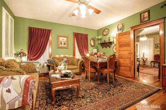 Alling House Bed and Breakfast: Library