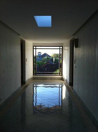 Sudamala Suites & Villas: Sudamala hallway