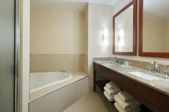 Comfort Suites Innsbrook: Soaking tub in all 2 room suites