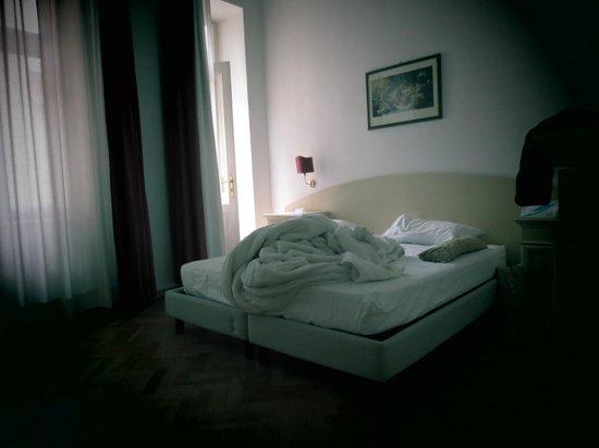 Hotel Suite Home Prague: Спальная комната с балконом и окнами во двор