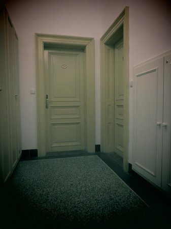 Hotel Suite Home Prague: Входные двери
