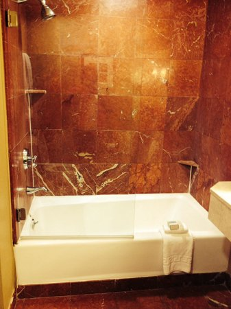 Omni Royal Crescent Hotel: Nice hot running water. Tub and shower.