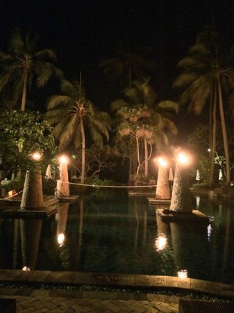 Sheraton Senggigi Beach Resort: Amazing lighting with real fire at the pool area - view during dining
