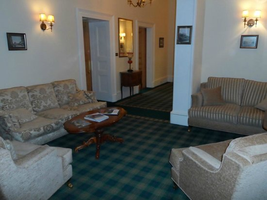Mansfield House Hotel: ONE of the MANY COMFORTABLE SEATING AREAS
