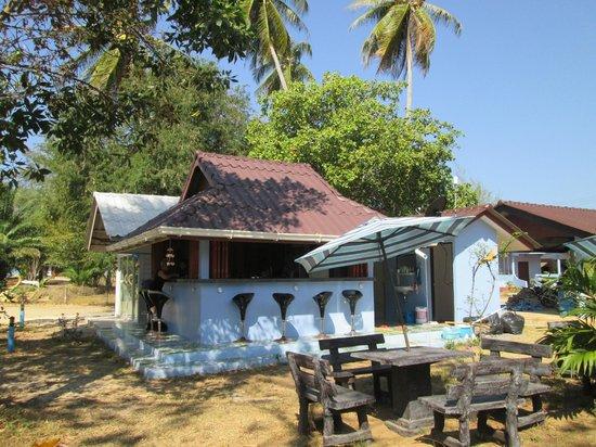 Mai Khao Beach Bungalows: bar