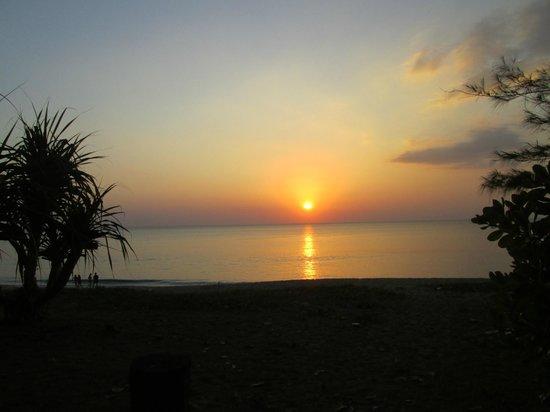 Mai Khao Beach Bungalows : sunset on the beach