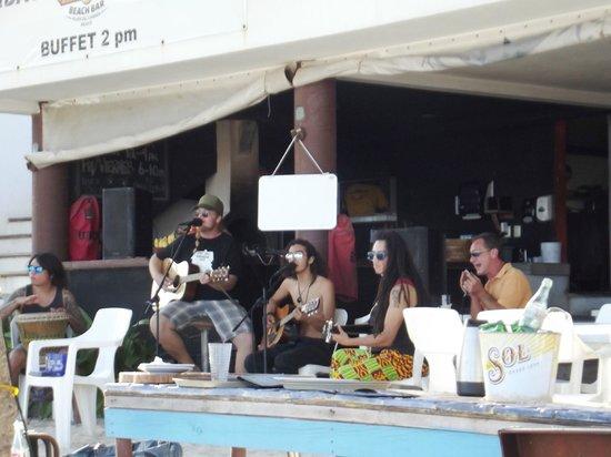 Wah Wah Beach Bar: Gruppo country rock dal vivo davanti al bancone del locale