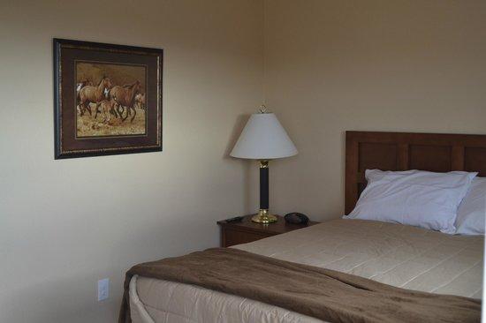 Aspen Lodge & Suites: Hotel Room Image - Bed in Sleeping Area