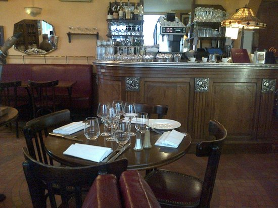 """Chez Lena et Mimile : the cosy bar - called a """"Zinc"""" in French"""