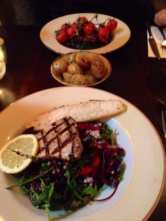 Lucia Wine Bar & Grill: Tuna steak salad and lamb with spinach & vine tomatoes