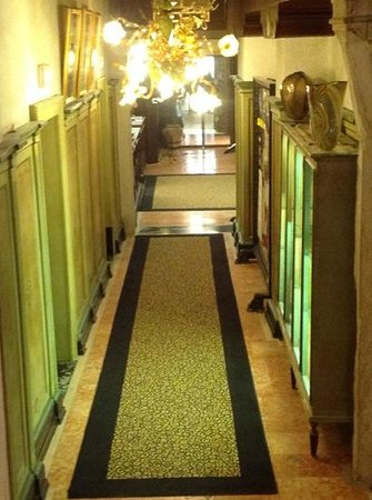 Hotel Saturnia & International: leading to reception