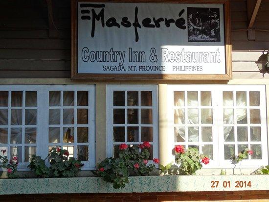 Masferre Country Inn and Restaurant: Facade du restaurant..avec un petit rayon de soleil