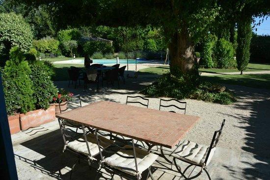 Le Mas au Portail Bleu: La terrasse non couverte et la piscine
