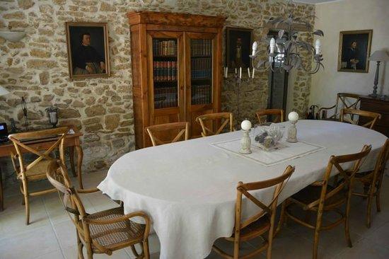 Le Mas au Portail Bleu : La salle à manger si le temps ne permet pas de manger dehors