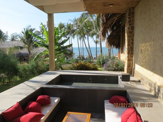 Aroma Beach Resort & Spa, Muine: Outside the luxury villa is a jacuzzi