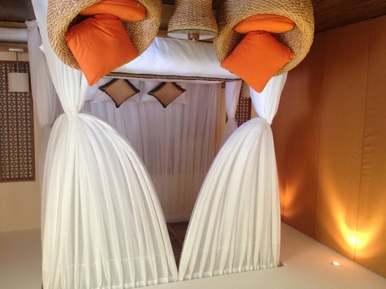 Aroma Beach Resort & Spa, Muine: King bed in the luxury villa