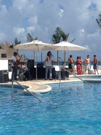 Hard Rock Hotel Riviera Maya: live band at the pool!