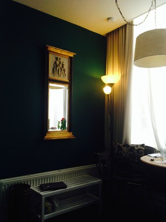 Tulip of Amsterdam B&B: Nice antik mirror!