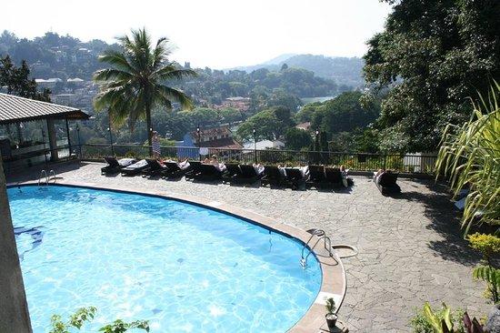Hotel Thilanka: Hotelpool
