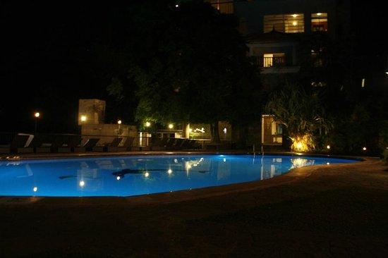 Hotel Thilanka: Pool am Abend