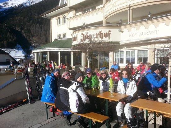 Hotel Jaegerhof: Front terrace apres ski