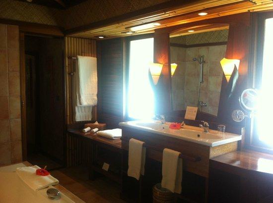 InterContinental Bora Bora Le Moana Resort: salle de bain lumineuse et grande
