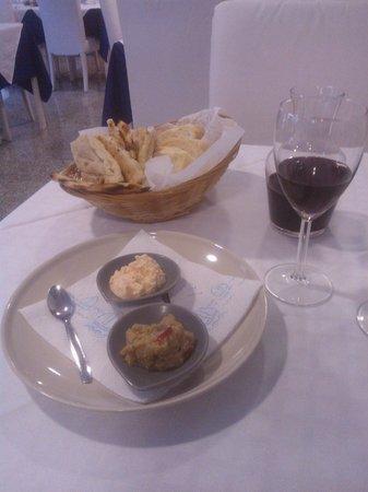 Zeus DOC Restaurant: Pita, salsine e buon vino per iniziare il pranzo