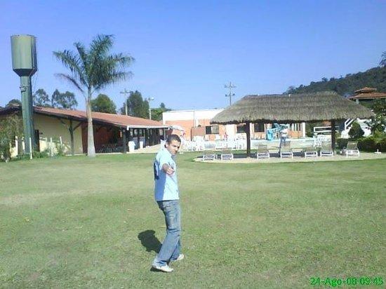 Hotel Fazenda Hipica Atibaia: em torno da piscina e restaurante um campo onde podemos relaxar