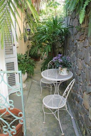 Bellavista Bed & Breakfast: The sitting area off our bedroom/J'ouvert Garden room