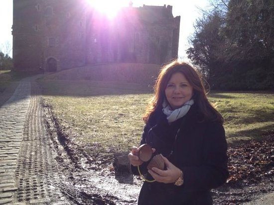 The Hairy Coo - Free Scottish Highlands Tour : Telma in front of the castle