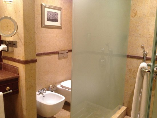 Sheraton Grand Doha Resort & Convention Hotel: part of the bathroom