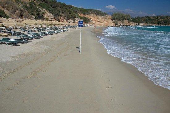 Elpida Village: Пляж