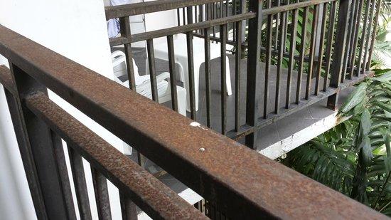 Nai Yang Beach Resort: Rostige Balkonbrüstung