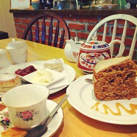 Frieda's Tearoom: Cream tea & carrot cake