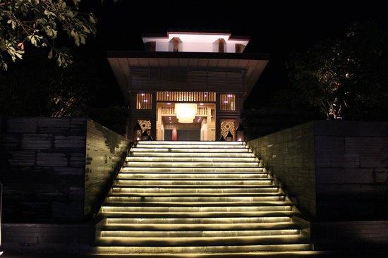 Cape Nidhra Hotel: Reception area at night