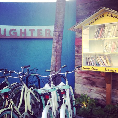 Farmer's Daughter Hotel: Cute little bikes and books out front!